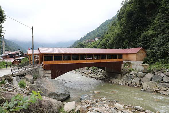 Rize'de köprünün üstünde yaptırılan restoran ilgi görüyor