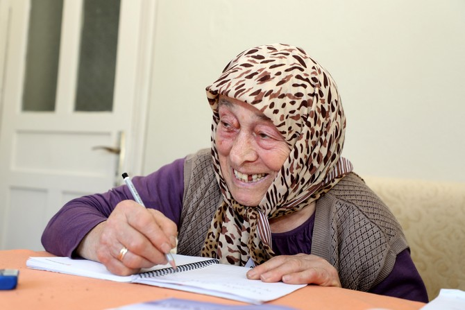 82 Yaşındaki Necmiye Nineye Evde Okur Yazarlık Eğitimi