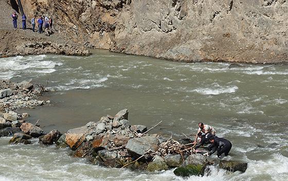 Artvin'de otomobil nehre düştü