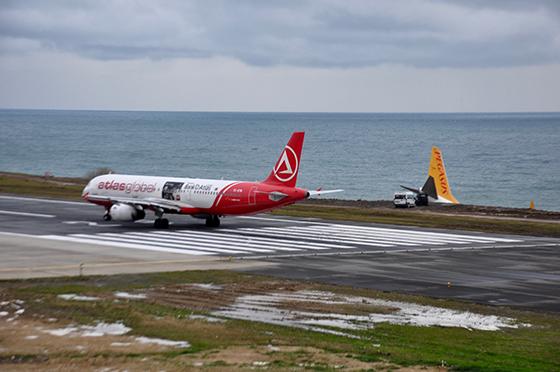 Pisten Çıkan Uçak Yerinden Kaldırılacak