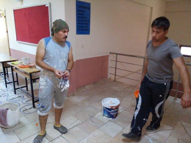 Rize'de Öğretmenler Okul Duvarlarını Boyadı