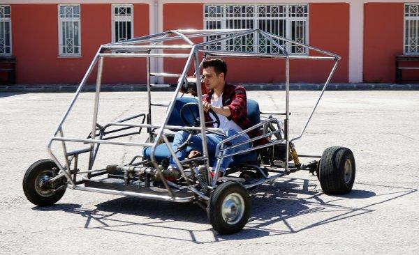 Üniversite öğrencileri hurda parçalarından araba yaptı