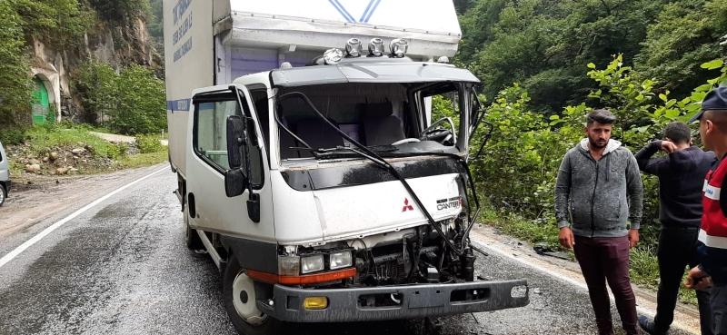 Rize'de minibüs ile kamyon çarpıştı: 4 yaralı