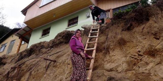 Rize'deki aile evlerine tahta merdivenle çıkıyor