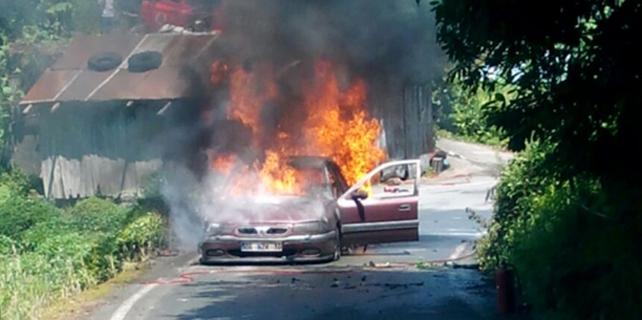 Rize'de otomobil cayır cayır yandı