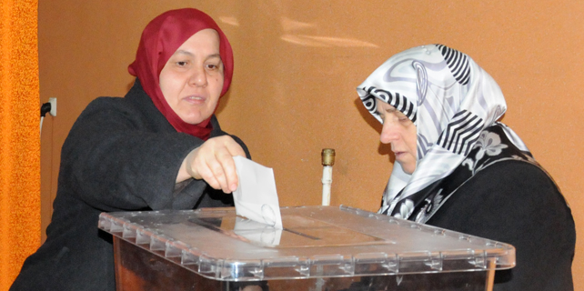 Güneysu Kadın Kolları'nda Topçu yeniden seçildi