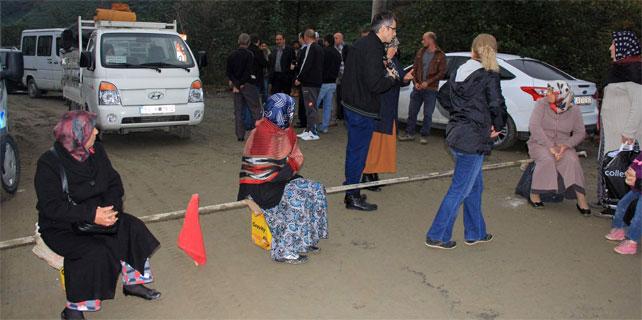 Rize'de Kadınlar Yol Kapattı
