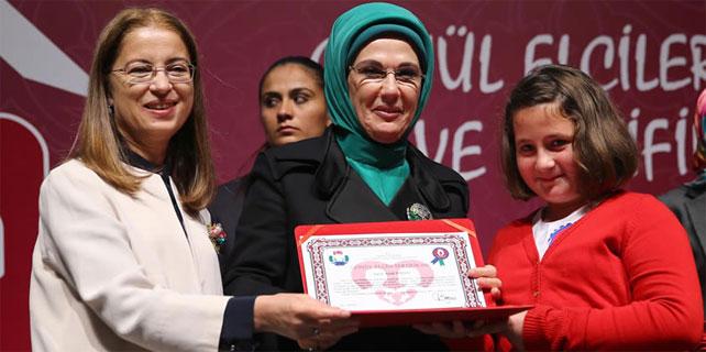 Emine Erdoğan Rize'de Gönül Elçilerine sertifika verdi
