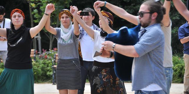 Rize'de 'Mini etekli kızlar eylem yapıyor' tepkisi
