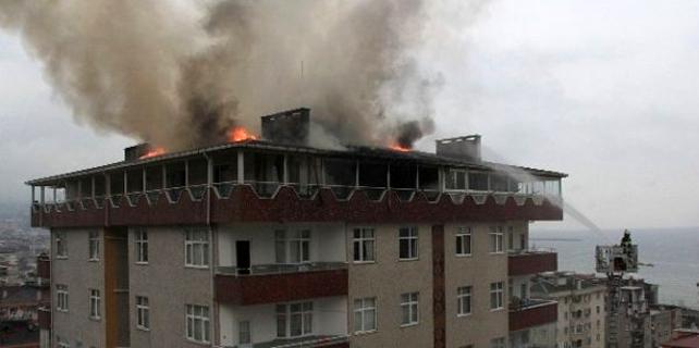 Rize'de 13 katlı binanın çatısında yangın