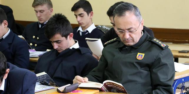 Garnizon Komutanı öğrencilerle kitap okudu