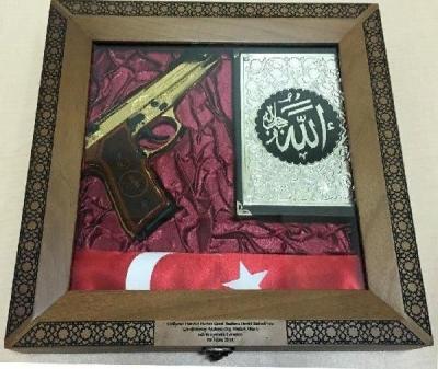 Bahçeli'nin Hulusi Akar'a verdiği hediyenin fotoğrafı