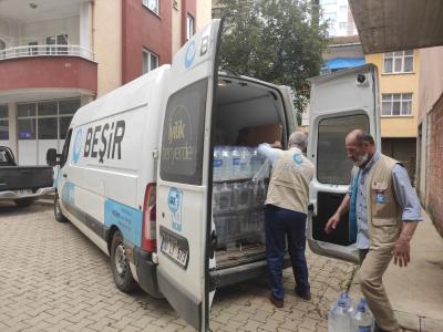 Beşir Derneği, sel baskınının yaşandığı  Arhavi ye 3 TIR su dağıtımı yaptı