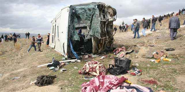 Katliam gibi kaza: 8 ölü, 19 yaralı