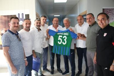 Çaykur Rizespor Yönetimi Mustafa Denizli'ye Forma Hediye Etti
