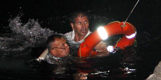 Sahilde telefonla konuşurken denize düştü