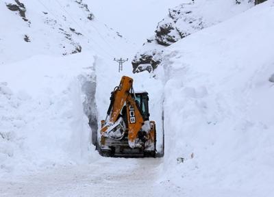 Çığ düşen yolda kar yüksekliği 10 metreye ulaştı