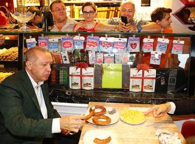 Cumhurbaşkanı Erdoğan Samsun'da Simit Yedi Çay İçti