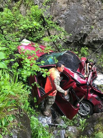 Dereye yuvarlanan otomobilin sürücüsü kayıp