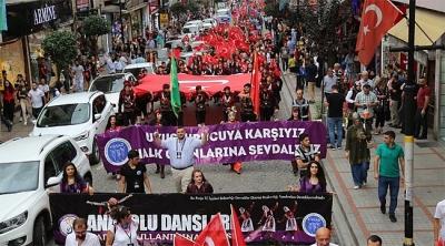 Festival için Türk Bayrakları eşliğinde yürüdüler