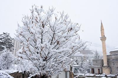 Gümüşhane'de ilkbaharın ilk gününde kar yağışı