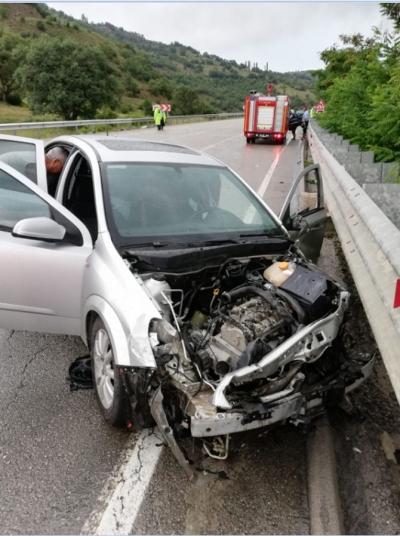 Rize Plakalı Otomobil Bariyerlere Çarptı 6 Yaralı