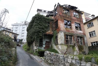 Rize'de Eski Bina Yıkıldı