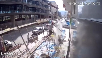 Rize'de inşaat iskelesi çöktü: 2 yaralı