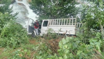 Rize'de kamyonet dereye yuvarlandı: 3 yaralı