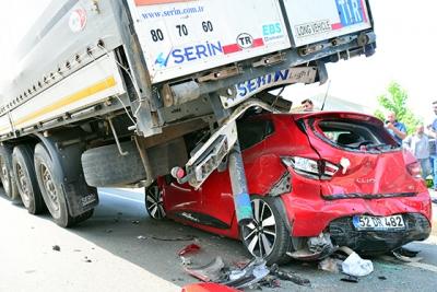 Trabzon'da otomobil tırın altında kaldı: 3 yaralı